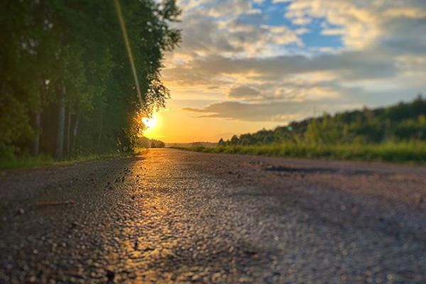 En väg mot en solnedgång.